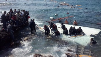 epaselect GREECE MIGRANTS AT RHODES ISLAND Ship with large number of undocumented migrants runs aground at Rhodes