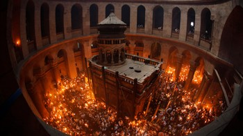 ISRAEL/ Worshippers hold candles as they take part in the Christian Orthodox Holy Fire ceremony at the Church of the Holy Sepulchre in Jerusalem's Old city - Ortodokse kristne feirer påske i Gravkirken i Jerusalem i fjor. - Foto: AMMAR AWAD / Reuters