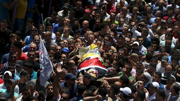 ISRAEL-PALESTINIANS/ Mourners carry the body of Palestinian youth Mohammed Sami al-Ksbeh, 17, during his funeral in Qalandiya refugee camp, near the West Bank city of Ramallah