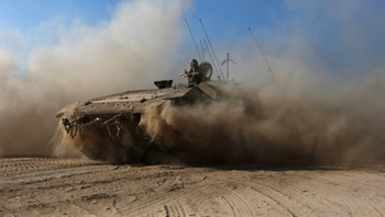 MIDEAST-GAZA/ An APC drives near the border with the Gaza Strip - En israelsk stridsvogn i nærheten av Gazastripen. - Foto: SIEGFRIED MODOLA / Reuters