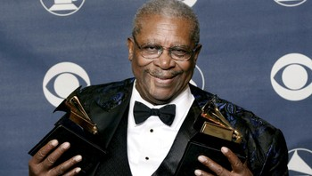PEOPLE-BBKING/ File photo of blues guitarist and singer B.B. King posing with the two Grammy Awards he won in New York