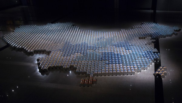 "HONGKONG/ Installation ""Baby Formula"" made from 1,815 milk powder pots by China's dissident artist Ai is displayed at exhibition in Hong Kong - Kunstverk laget av 1815 bokser med morsmelkerstatning. - Foto: TYRONE SIU / Reuters"