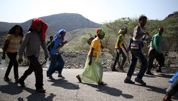 DJIBOUTI-IMMIGRATION/ Illegal immigrants from Ethiopia walk on a road near the town of Taojourah