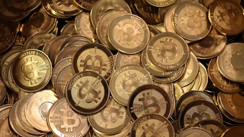Bitcoin - INTERNETT-VALUTA: Bitcoin er en virtuell internettvaluta som kun eksisterer i digitale databaser. - Foto: GEORGE FREY / Afp
