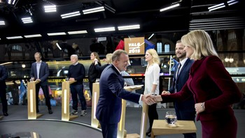 DENMARK-ELECTION/ Prime Minister Helle Thorning-Schmidt (R) and opposition leader Lars Lokke Rasmussen greet each other on the last televised debate with all party leaders in Copenhagen