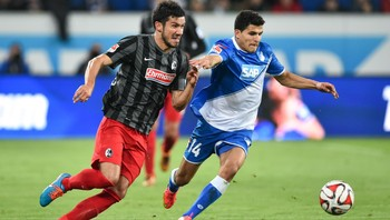 Tarik Elyounoussi i duell med Freiburgs Mensur Mujdza - Tarik Elyounoussi (t.h.) var sentral for Hoffenheim i tirsdagens kamp. Her i duell med Freiburgs Mensur Mujdza. - Foto: UWE ANSPACH / Afp