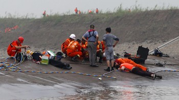 CHINA-SHIP/ Rescuers listen for reactions from inside a sunken ship as they search for survivors at the Jianli section of the Yangtze River