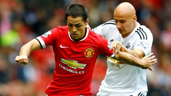 SOCCER-ENGLAND/ Manchester United's Hernandez is challenged by Swansea City's Shelvey during their English Premier League soccer match at Old Trafford in Manchester - Foto: DARREN STAPLES / Reuters