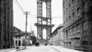 2 - Slik så Manhattan Bridge ut 5. juni 1908. Et enormt byggverk, som tårner over Washington Street. - Foto: AP Photo/New York City Municipal Archives, NYPD Evidence Collection /