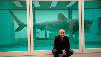 Britain Damien Hirst - Damien Hirst foran verket 'The Physical Impossibility of Death in the Mind of Someone Living'. - Foto: Matt Dunham / Ap