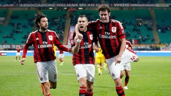 SOCCER-ITALY/ AC Milan's Jeremy Menez (C) celebrates with his teammates Cristian Zaccardo (L) and Andrea Poli, after scoring against Parma during their Italian Serie A soccer match at the San Siro stadium in Milan - Foto: ALESSANDRO GAROFALO / Reuters