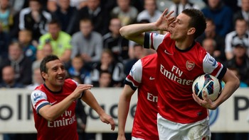 SOCCER-ENGLAND/ Arsenal's Koscielny celebrates his goal with Cazorla during their English Premier League soccer match against Newcastle United in Newcastle - Lourent Koscielny jubler for sin 1-0-scoring sammen med blant andre Cazorla. - Foto: RUSSELL CHEYNE / Reuters