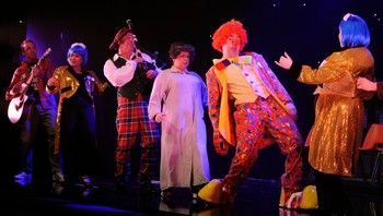 "BRITAIN/ The cast of ""I Dreamed A Dream"" - the story of Scottish singer Susan Boyle, perform during a dress rehearsal at the Theatre Royal in Newcastle - Scene fra venterommet til TV-programet 'Britain's Got Talent', der Susan Boyle fikk sitt store gjennombrudd. - Foto: NIGEL RODDIS / Reuters"