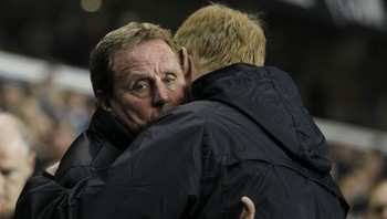 Harry Redknapp - Harry Redknapp får en klem av Aston Villa-manager Alex McLeish. - Foto: IAN KINGTON / Afp