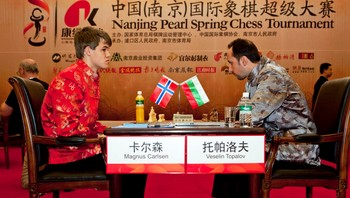Magnus Carlsen - Carlsens sjakkspill har gitt unggutten muligheten til å reise til Det fjerne østen. Klesdrakten følger prinsippet «When in Rome, do as the romans do». - Foto: NPSCT, Yufeng,, Foto: Yufeng / Scanpix