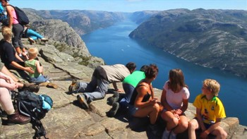 Video 110 000 går til Preikestolen