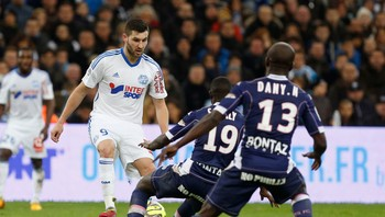 SOCCER-FRANCE/ Olympique Marseille's Gignac challenges Evian Thonon Gaillard's Sabaly and Nounkeu during their French Ligue 1 soccer match at the Velodrome Stadium in Marseille - Foto: PHILIPPE LAURENSON / Reuters