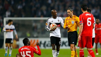 SOCCER-EUROPA/ Balotelli of Liverpool reacts on the pitch as Hutchinson of Besiktas speaks to match referee Skomina during their Europa League round of 32 second leg soccer match against Besiktas in Istanbul