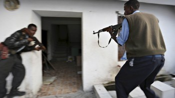 SOMALIA-SECURITY/ Somali police take position after Islamist group al Shabaab attacked Maka Al-Mukarama hotel in Mogadishu