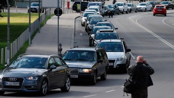 EUROPE-MIGRANTS/AUSTRIA Convoy of cars leaves for Hungary from Vienna
