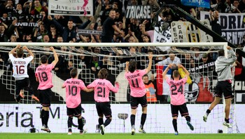 SOCCER-ITALY/ Juventus' players celebrate after winning their Italian Serie A soccer match against AS Roma in Turin