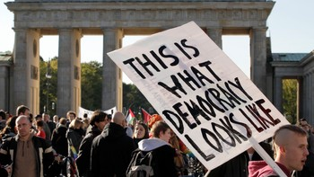 Demonstrasjon i Berlin - Demonstranter ved Brandenburger Tor i Berlin. - Foto: Michael Sohn / Ap