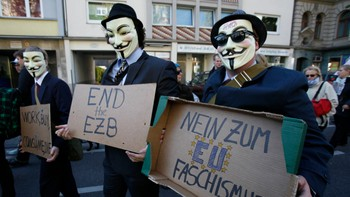 Anonymous i Cologne 15. oktober - Demonstranter ikledd masker for å protestere mot finansnæringen og bankene. - Foto: WOLFGANG RATTAY / Reuters