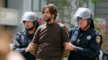 USA-OCCUPY/MAY1 Occupy demonstrator is arrested during rally in the streets as part of a nation-wide May Day protest in Oakland - En Occupy-demonstrant blir pågrepet av politiet i Oakland i  California under 1. mai-demonstrasjonen tirsdag. - Foto: JANA ASENBRENNEROVA / Reuters