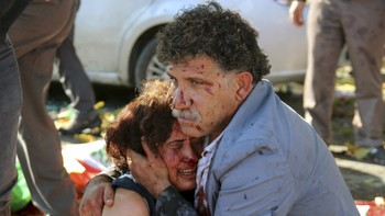 TURKEY-EXPLOSION/ An injured man hugs an injured woman after an explosion during a peace march in Ankara