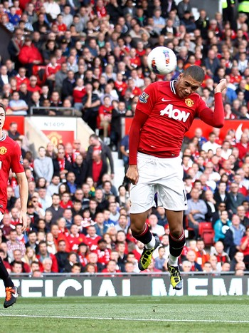 Chris Smalling - Chris Smalling nikker inn 1-0 til Manchester United mot Chelsea. - Foto: Jon Super / Ap