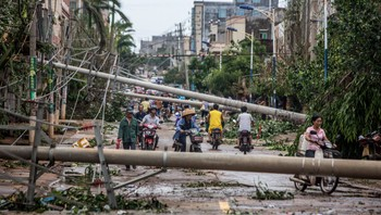CHINA-TYPHOON/ Residents travel on a street blocked by fallen electricity poles after Typhoon Rammasun hit Leizhou, Guangdong province - Tyfonen Rammasun er den sterkeste som hittil i år har ramma Filippinene.  Reuters