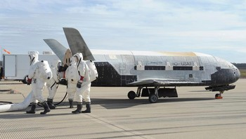 X-37B Orbital Test Vehicle - X-37B Orbital Test Vehicle inspiseres på Vandenberg-basen i California etter landing. - Foto: HANDOUT / Reuters