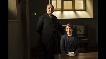 Downton Abbey - STYRER «DOWNSTAIRS»: Butleren Mr. Carson, spilt av Jim Carter, og husfruen Mrs. Hughes, spilt av Phyllis Logan.ITV
