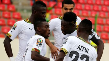SOCCER-NATIONS/ Ghana's Christian Atsu celebrates with team mates after scoring against Guinea in their quarter-final soccer match of the 2015 African Cup of Nations in Malabo - Foto: AMR ABDALLAH DALSH / Reuters