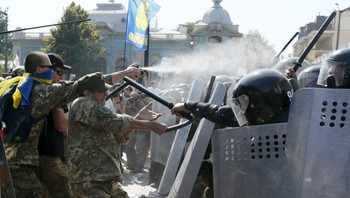 UKRAINE-CRISIS/STATUS-POLICE Demonstrators, who are against a constitutional amendment on decentralization, clash with police outside the parliament building in Kiev