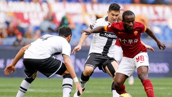 SOCCER-ITALY/ Parma's Mendes and Mauri challenge AS Roma's Doumbia during their Italian Serie A soccer match in Rome