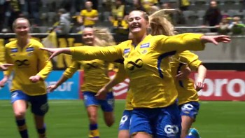 Lisa-Marie Karlseng Utland header ballen fra feltet og i mål. Trondheims-Ørn leder 1-0over Lillestrøm.