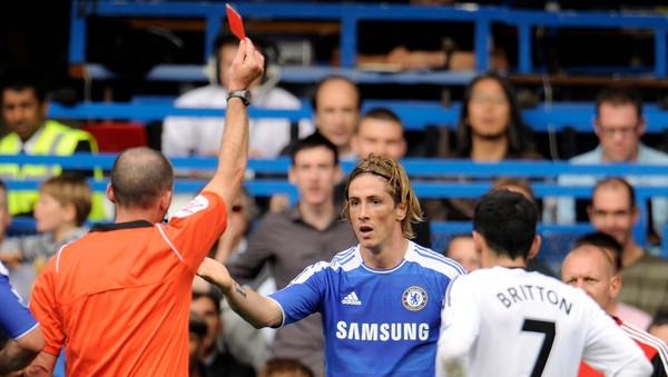 SOCCER-ENGLAND/ Chelsea's Torres is shown a red card by referee Mike Dean during the English Premier League soccer match against Swansea City at Stamford bridge in London - Målscorer Fernando Torres fikk direkte rødt kort etter at han gikk inn i en takling med to strake ben. - Foto: PHILIP BROWN / Reuters