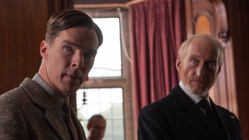 Charles Dance i «The Imitation Game» - FRI TOLKNING: Skuespiller Charles Dances (t.h.) fremstilling av kommandør Alastair Denniston har satt sinnene i kok blant etterkommerne. Her sammen med hovedrolleinnehaver Benedict Cumberbatch som Alan Turing. - Foto: Jack English /