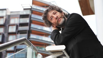 Neil Gaiman - Author Neil Gaiman still remembers his first trip to Norway in 1998. Now he's back, this time with a mich tighter schdule. - Foto: Ana Leticia Sigvartsen / NRK