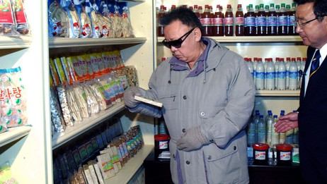 Kim Jong Il i matbutikk (udatert bilde) (Foto: Korean Central News Agency/Afp)