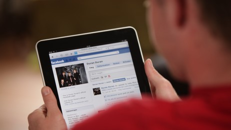 Facebook på iPad. (Foto: Colourbox)