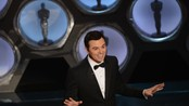 "Seth MacFarlane synger ""We saw your boobs"" - Seth MacFarlane synger ""We saw your boobs"""