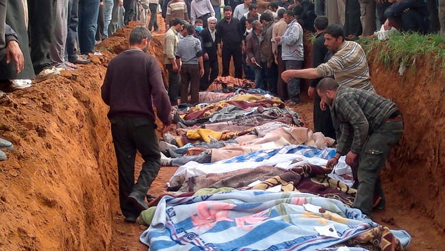 SYRIA/ People carry the body of men, whom activists say were killed by the Syrian government army, in Taftanaz village, (Foto: HANDOUT/Reuters)