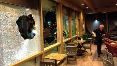 Ramponerte Starbucks-kafé under opptøyer i California (Foto: ALEX GALLARDO/Reuters)
