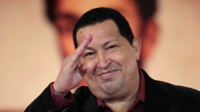 VENEZUELA-CHAVEZ/ Venezuelan President Hugo Chavez salutes after signing the new Labour Law during a national TV broadcast, ahead of May Day commemoration, in Caracas (Foto: HANDOUT/Reuters)