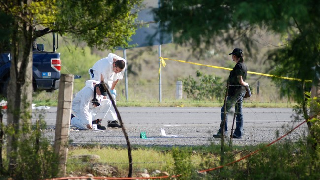 MEXICO-SLAYINGS/ Forensic technicians work at a crime scene in the municipality of Cadereyta (Foto: STRINGER/MEXICO/Reuters)