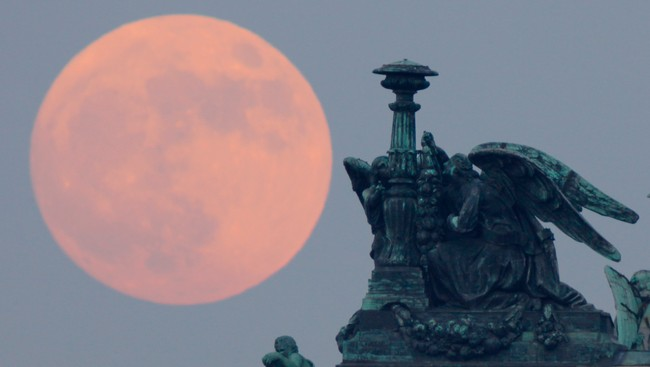 2012-super Moon i St Petersburg (Foto: Dmitry Lovetsky / NTB Scanpix)