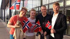 Tom Hugo med norske ESC-fans i Malm (Foto: Hege Bakken Riise/NRK)