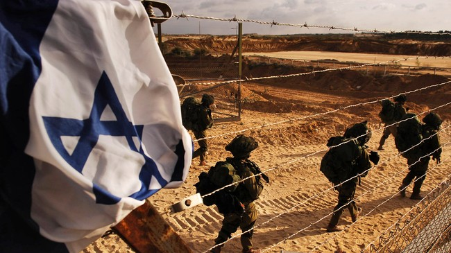Israelske soldater p vei mot Gaza (Foto: Neil Cohen/Scanpix/AP)